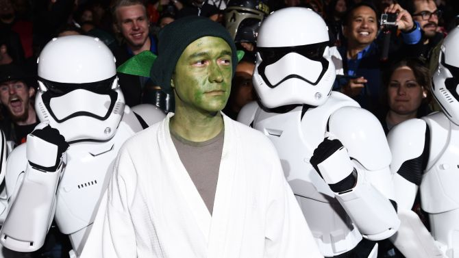 JOSEPH GORDON-LEVITT TURNS UP TO FORCE AWAKENS PREMIERE DRESSED LIKE KERMIT