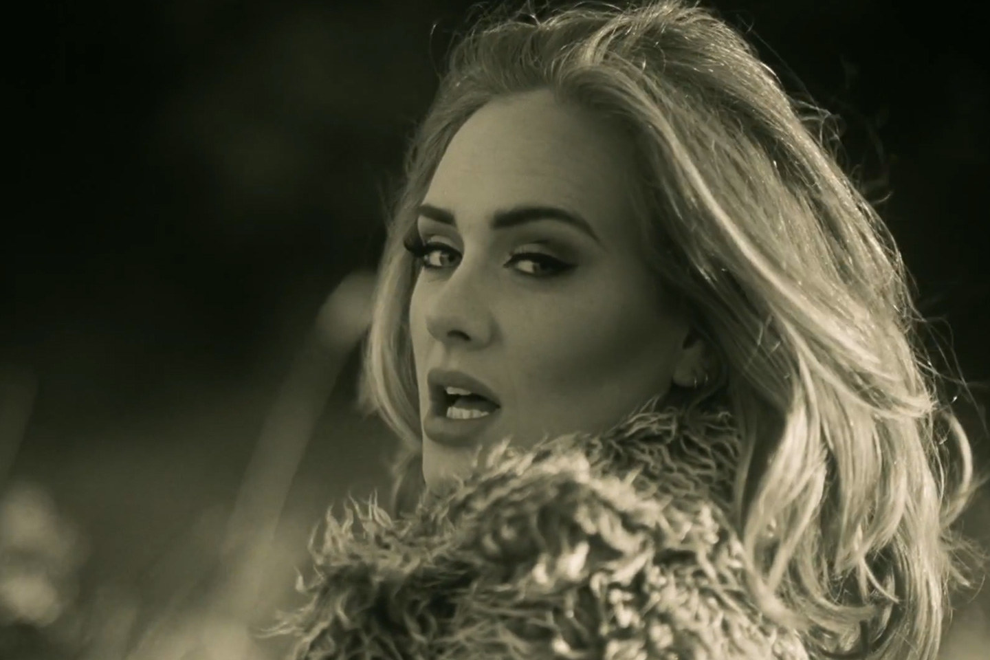 ADELE: 'PEOPLE VIDEO MY CONCERTS GET HANDS CHOPPED OFF'